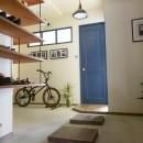 アイアンフレームのオリジナルキッチンと飛び床の土間の家の写真 飛び床玄関土間