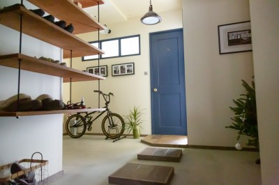 飛び床玄関土間 (アイアンフレームのオリジナルキッチンと飛び床の土間の家)