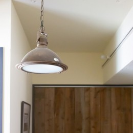 アイアンフレームのオリジナルキッチンと飛び床の土間の家 (ヴィンテージ照明)
