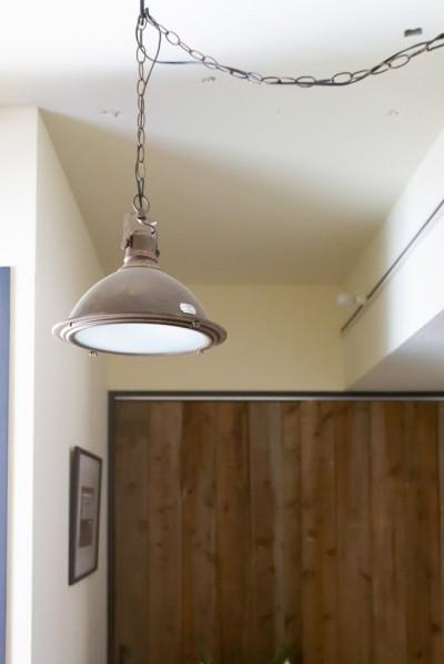 ヴィンテージ照明 (アイアンフレームのオリジナルキッチンと飛び床の土間の家)