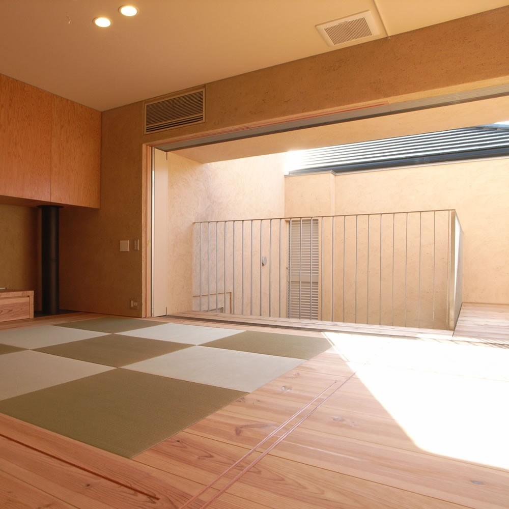 二世帯を繋げる中庭|二世帯の中庭のある家へリノベーション (リビング 和室 テラス)