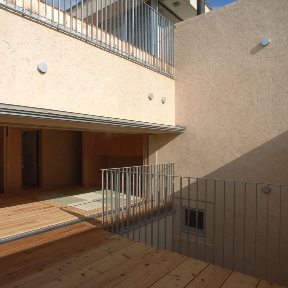 二世帯を繋げる中庭|二世帯の中庭のある家へリノベーション (テラス)