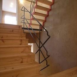 二世帯を繋げる中庭|二世帯の中庭のある家へリノベーション (階段)