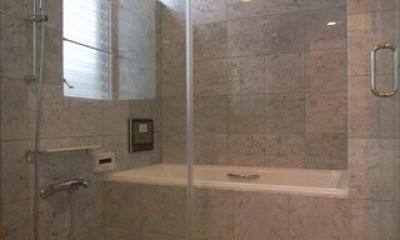 二世帯を繋げる中庭|二世帯の中庭のある家へリノベーション (開放的なバスルーム)