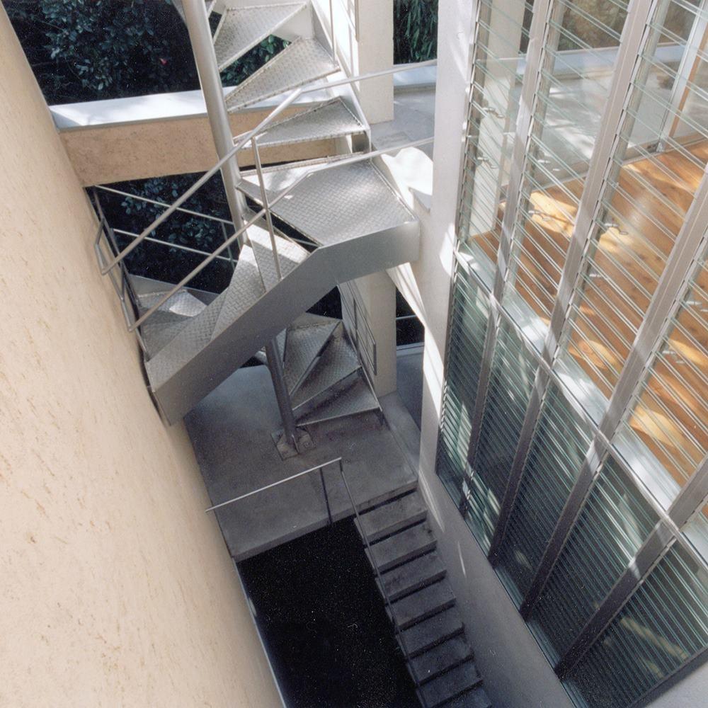 中庭 階段 (中庭のある15坪の狭小住宅|春日町の家)