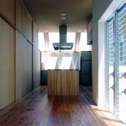 キッチン (ホタルの棲む竹薮と共生 - 中庭のある15坪の狭小住宅|春日町の家)