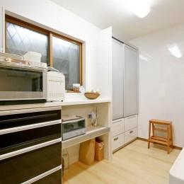 陶器のギャラリーのある住まい (キッチン)