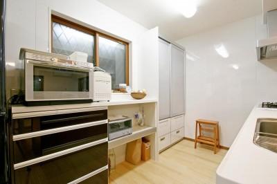 キッチン収納 (陶器のギャラリーのある住まい)
