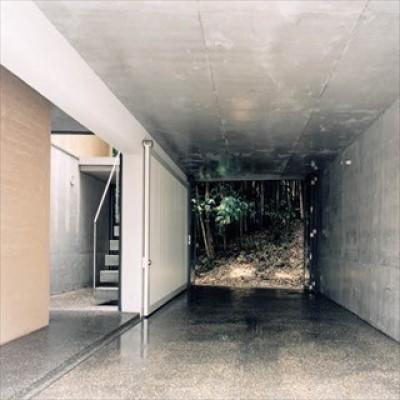 通り土間 (ホタルの棲む竹薮と共生 - 中庭のある15坪の狭小住宅|春日町の家)