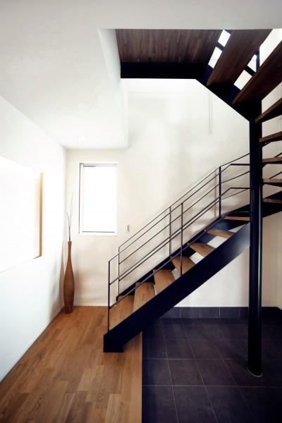 アイアンの螺旋階段 (キッチンスタジオのある家)