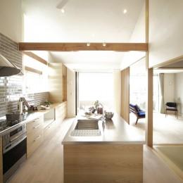 キッチンスタジオのある家 (キッチンから窓を望む)