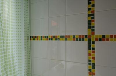 パティオのある家 (モザイクタイルの浴室)