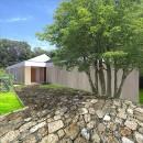 生駒の家|山のリゾート地に開かれたプライベートな週末の家の写真 外観 エントランス