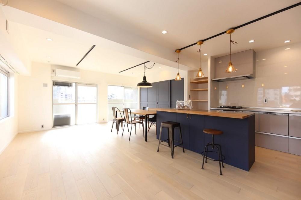色のコントラストが美しい家 (リビングダイニング)