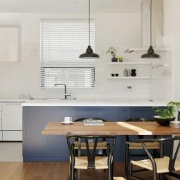 間窓の家 - ギャラリーのある暮らし (ダイニング キッチン)