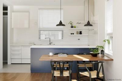 ダイニング キッチン (間窓の家 - ギャラリーのある暮らし)