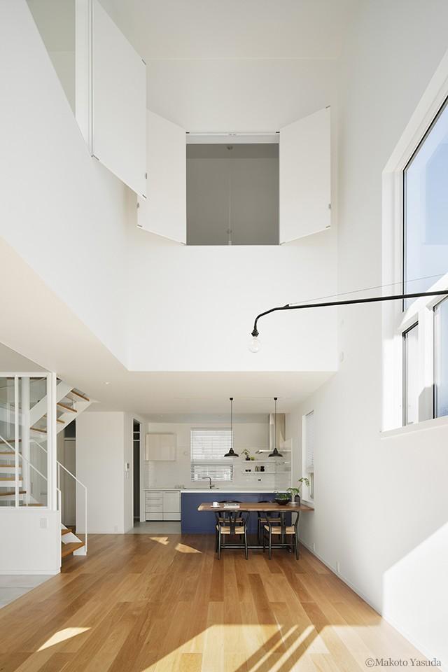 間窓の家 - ギャラリーのある暮らし (吹抜けのあるリビング)