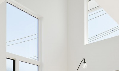 間窓の家 - ギャラリーのある暮らし (リビング 吹抜け)