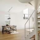 間窓の家 - ギャラリーのある暮らしの写真 リビング 階段