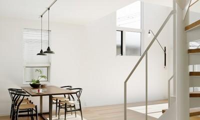 間窓の家 - ギャラリーのある暮らし (リビング 階段)