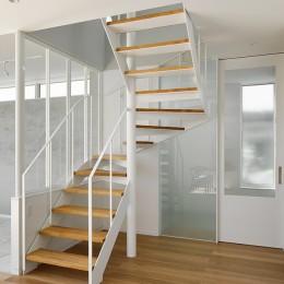 間窓の家 - ギャラリーのある暮らし (階段)