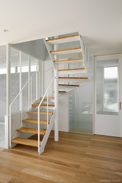 階段 (間窓の家 - ギャラリーのある暮らし)