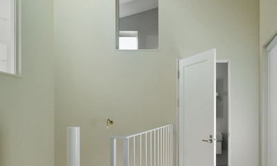 間窓の家 - ギャラリーのある暮らし (階段ホール)