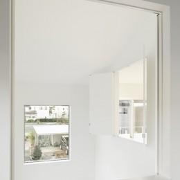 間窓の家 - ギャラリーのある暮らし (寝室2 室内窓)