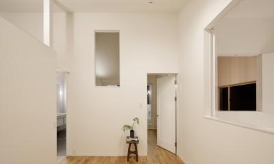 間窓の家 - ギャラリーのある暮らし (寝室1)
