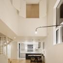 間窓の家 - ギャラリーのある暮らしの写真 リビング 吹抜け(照明点灯時)