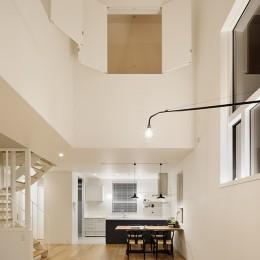 間窓の家 - ギャラリーのある暮らし (リビング 吹抜け(照明点灯時))