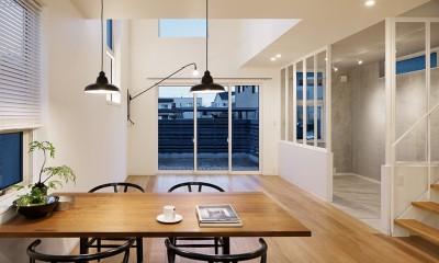 間窓の家 - ギャラリーのある暮らし (リビング)