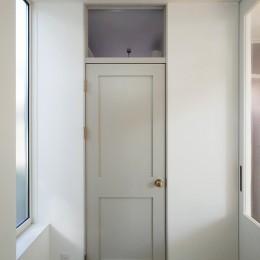 間窓の家 - ギャラリーのある暮らし (玄関ホール)