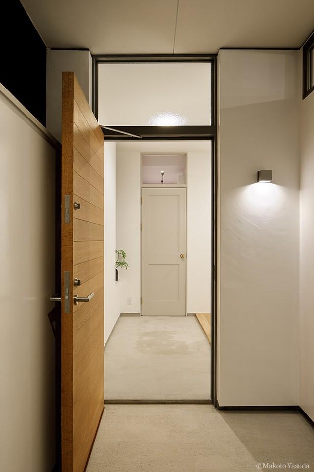 間窓の家 - ギャラリーのある暮らし (玄関と玄関ホール)