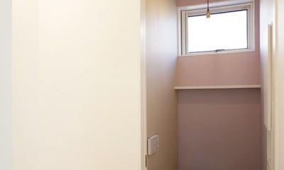 間窓の家 - ギャラリーのある暮らし (トイレ)