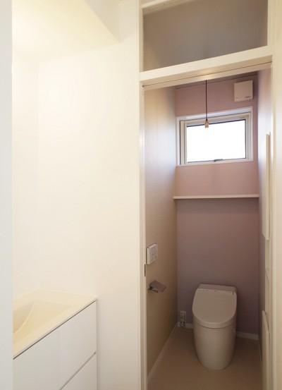 トイレ (間窓の家 - ギャラリーのある暮らし)