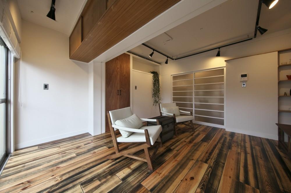 古い建物ならではの味わいを生かしながら、現代の暮らしに合わせたレトロモダンな空間へ (白い壁に木色が映えるリビング)