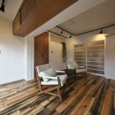 古い建物ならではの味わいを生かしながら、現代の暮らしに合わせたレトロモダンな空間への写真 白い壁に木色が映えるリビング