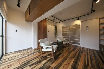 白い壁に木色が映えるリビング (古い建物ならではの味わいを生かしながら、現代の暮らしに合わせたレトロモダンな空間へ)