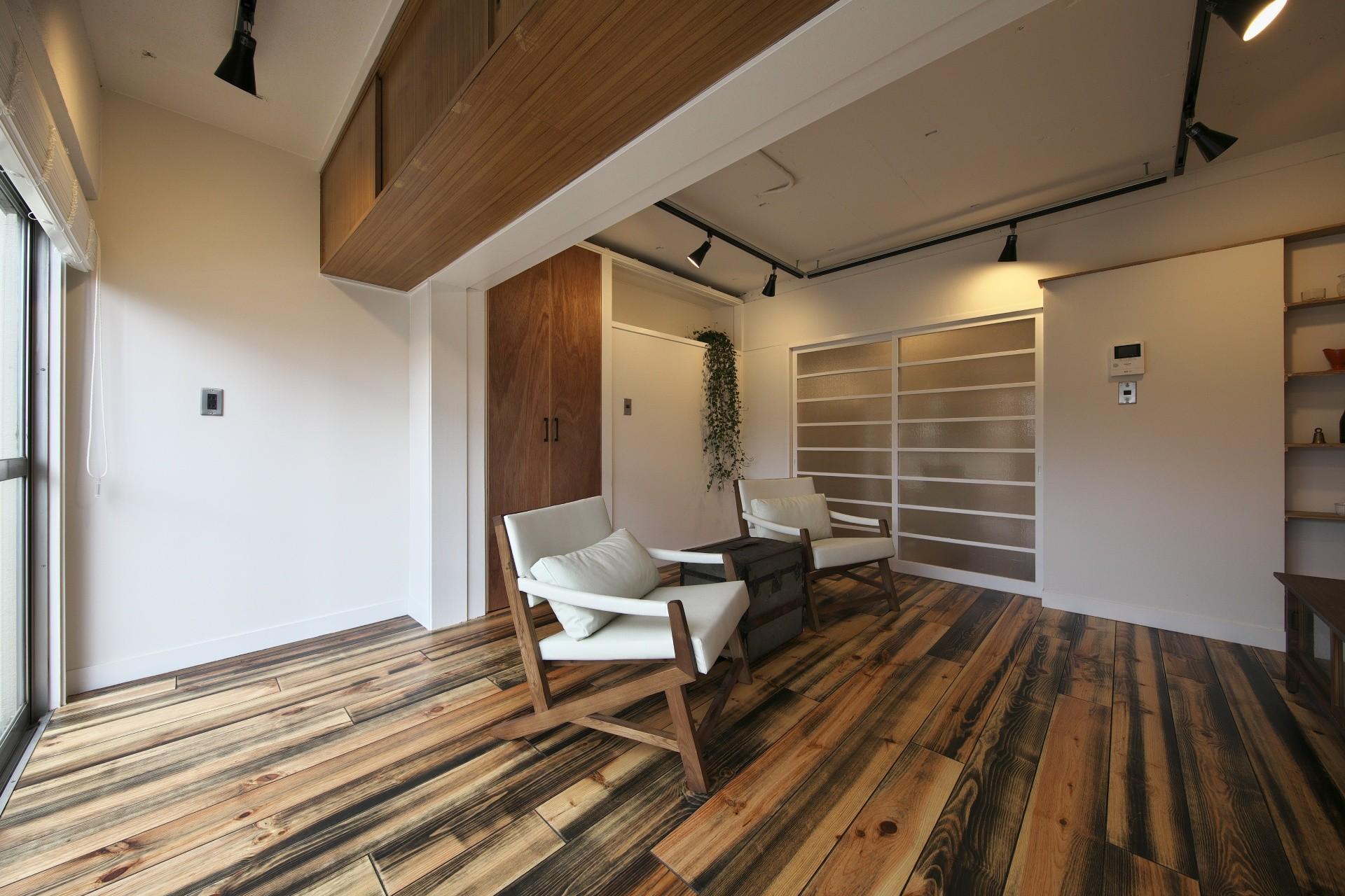 リビングダイニング事例:白い壁に木色が映えるリビング(古い建物ならではの味わいを生かしながら、現代の暮らしに合わせたレトロモダンな空間へ)