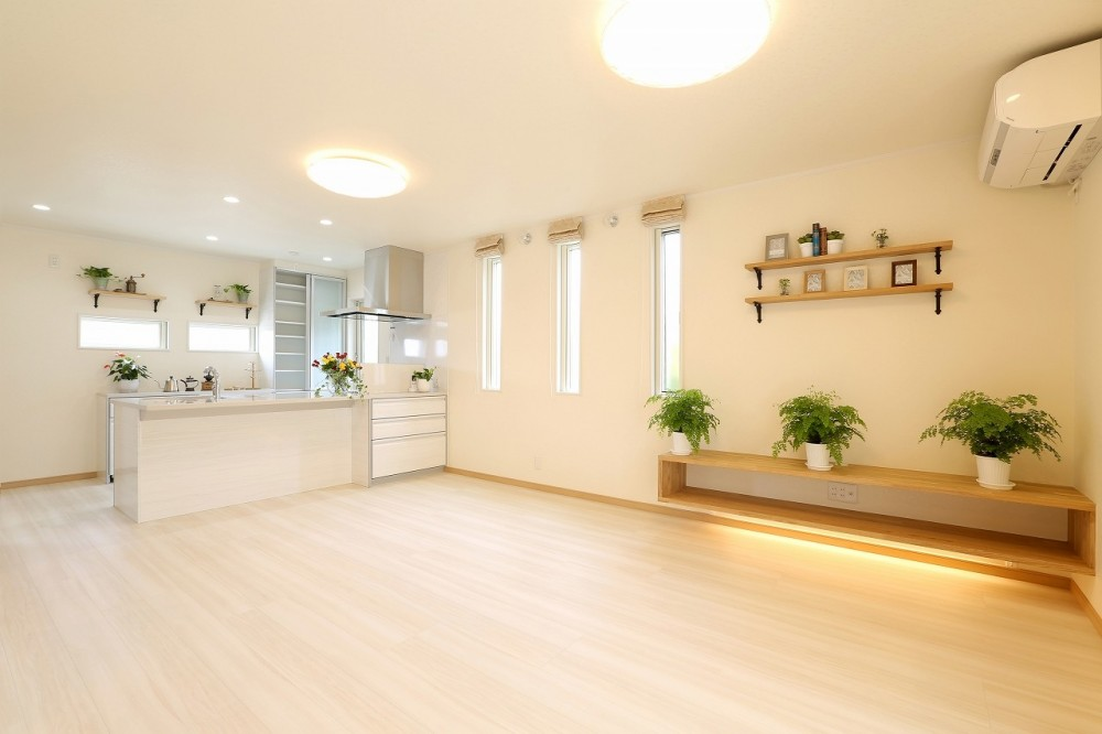 フルリノベーション~空間とキッチンの色のハーモニーが奏でる心地良さ~ (広さが強調された明るいLDK)
