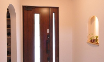 フルリノベーション~空間とキッチンの色のハーモニーが奏でる心地良さ~ (曲線が美しい玄関)