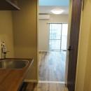 天然木の床と造作キッチンの写真 廊下