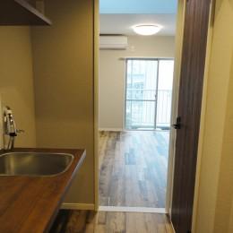天然木の床と造作キッチン (廊下)