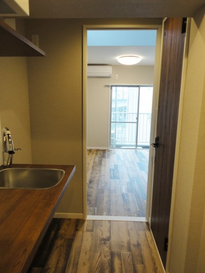 廊下 (天然木の床と造作キッチン)