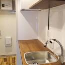 天然木の床と造作キッチンの写真 キッチン