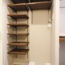 天然木の床と造作キッチンの写真 玄関収納