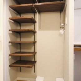 天然木の床と造作キッチン (玄関収納)