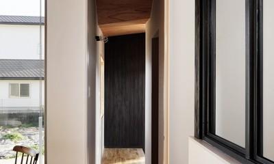 土岐の曲り屋 ー 光土間のアウトドアリビング (玄関への見返し)
