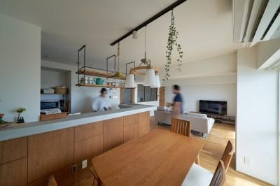 開放的なキッチン (海を眺めながら朝の珈琲を淹れる暮らし)